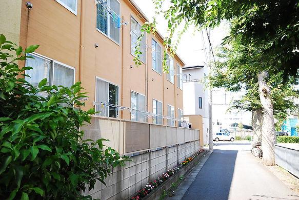 アパート外観と調布市の保存樹木