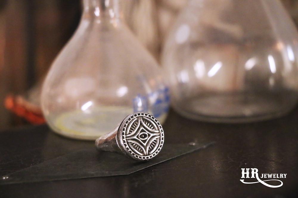 Création de bijoux pour hommes sur mesure à Genève.