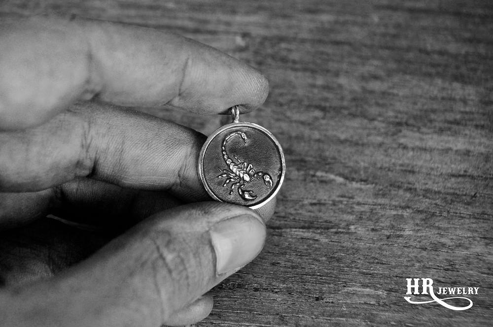 Création pendentif scorpion pour Mr. E Créations de bijoux sur mesure HRjewelry à Genève. Venez nous voir chez UNIVERS GALLERY. Nous créons toute sortes de bijoux selon votre demande; bague chevalière, bague de fiançailles, alliances, pendentifs et bracelets. Venez Nous voir chez UNIVERS GALLERY au 16 rue Verdaine à Genève.