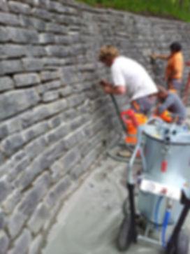 Natursteinmauer fugen mit der WPS-Mörtelpumpe