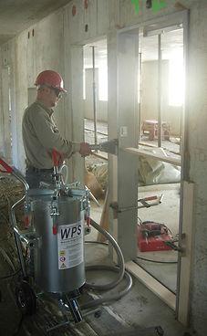 Einmörteln einer Stahlzarge mit der WPS-Mörtelpumpe
