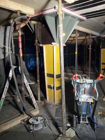 Ausmörteln Stahlschalung bei Betonsäule