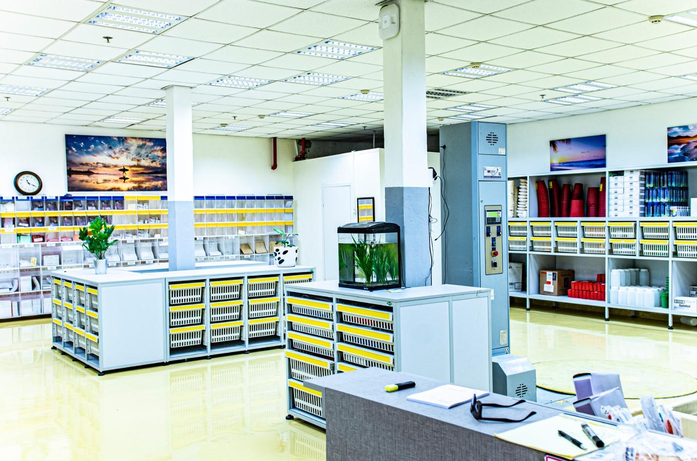 Large lab - Bins & drawers.jpg