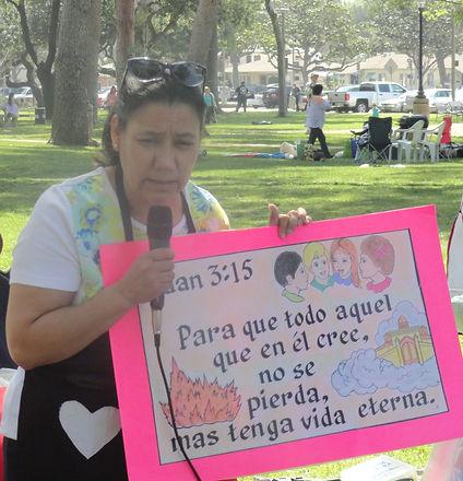 Angela_ensenando__el_verso[1].jpg