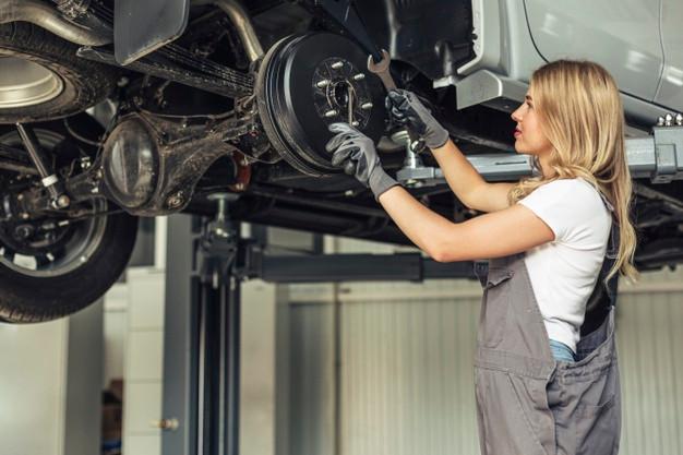 mulher-mecanica-de-baixo-angulo-trabalha