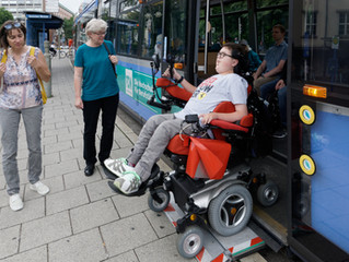 München kann man mit öffentlichen Verkehrsmitteln besuchen.