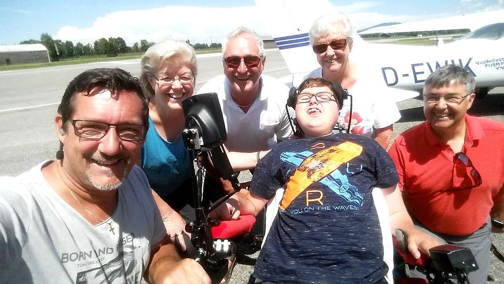 Selfie von Andreas Seeburger (links) mit Lars und Familie sowie Didi (Mitte). Herzlichen Dank Andy.