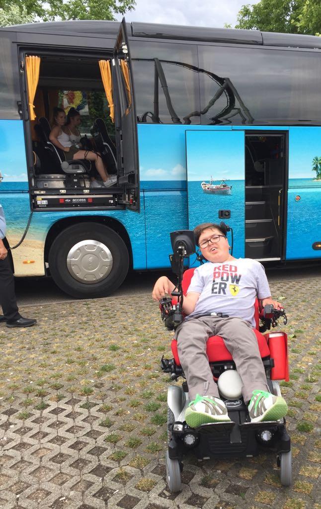 Car mit Hebebühne für Lars
