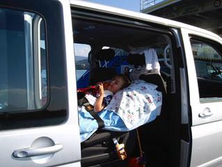 Der Rollstuhl und ein Bett im neuen Auto