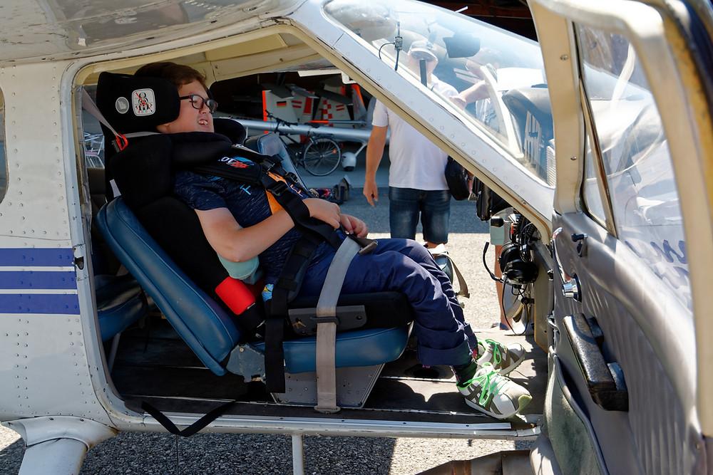 Lars ist festgeschnallt und bereit für den Rundflug