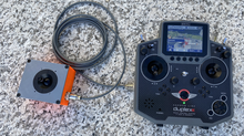 Lars erhält die neue JETI Fernsteuerung von Modellmarkt24 Inhaber Adi Brügger.