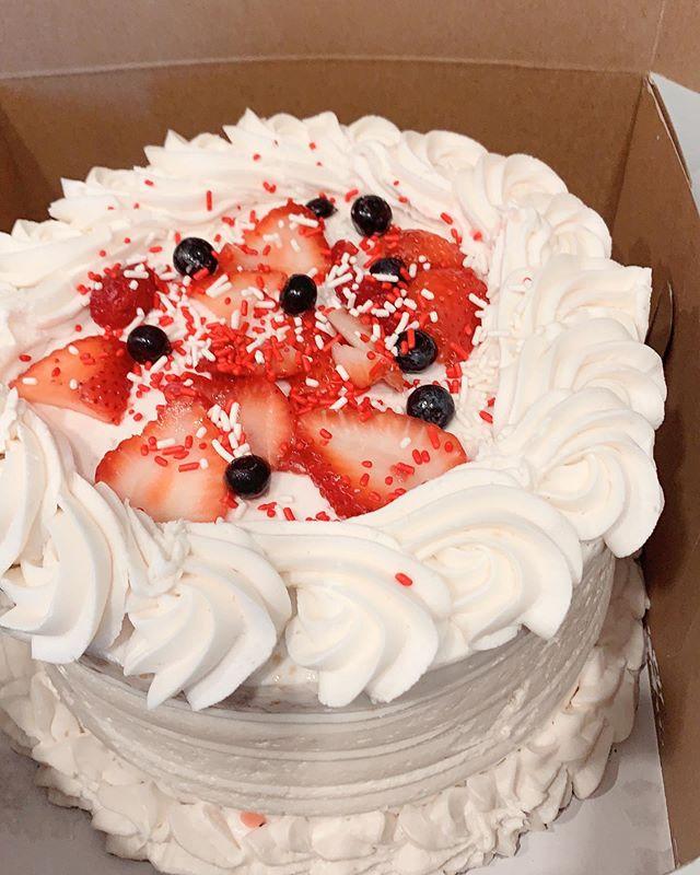 Vanilla cake with fresh fruits
