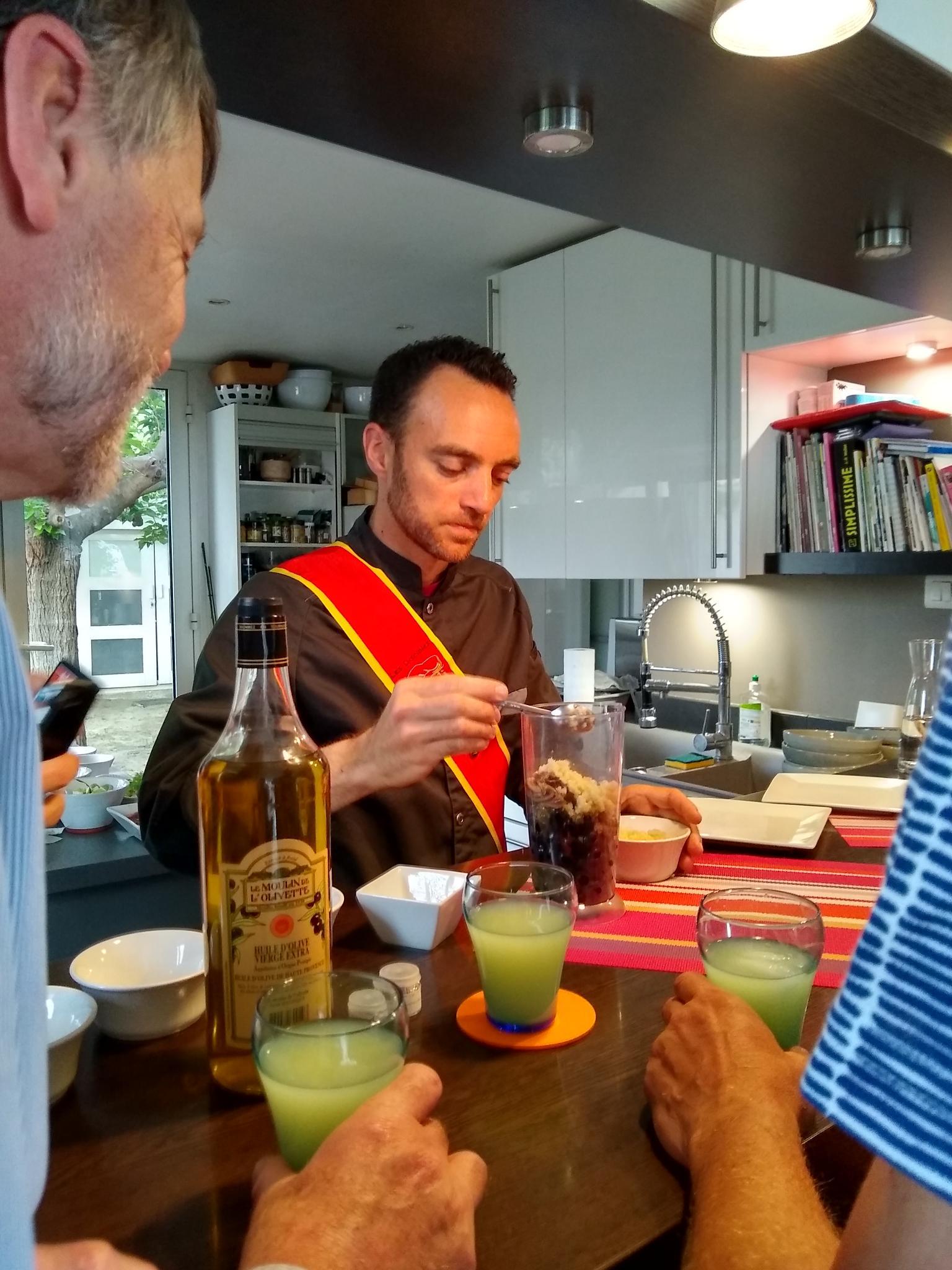 Tapenade : la préparation avec pastis local