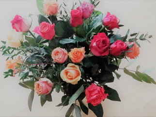 Einfach anderen mal eine Freude machen Rosen und Krapfen mit Herzen am Valentinstag