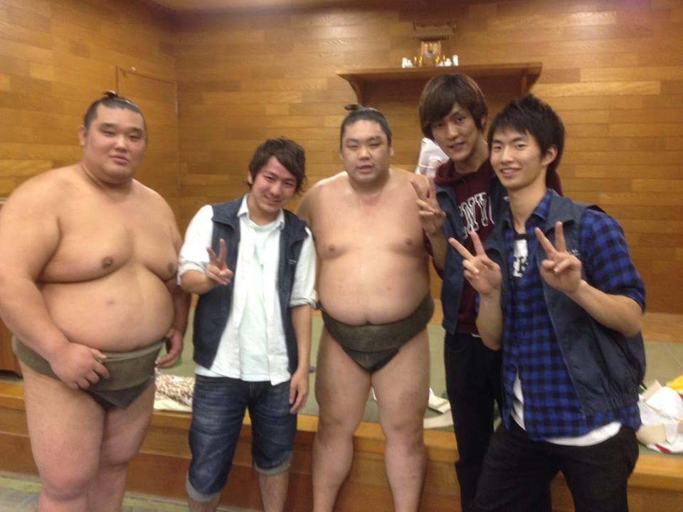 わんぱく相撲力士と学生.jpg