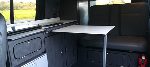 In addition to the small interior table, the camping table can also be used inside Dylan.