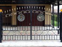 Барельеф на воротах
