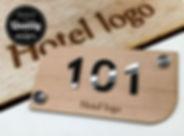 Πινακίδα ξύλινη με χάραξη του logo σας. Ανάγλυφα γράμματα από plexiglass και στήριξη με τάπες χρωμίου.