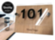 Πινακίδα ξύλινη με χάραξη του logo σας και δεύτερο plexiglass με αυτοκόλλητα γράμματα. Στήριξη με αποστάτες χρωμίου.