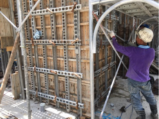 1M FL 混凝土澆置作業柱、牆澆置中、高週波振動
