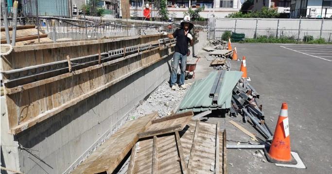 1F圍牆基座及水溝模板組立