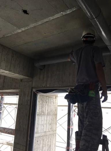 B棟室內15F底排水吊管施作(廚房排煙管配置)