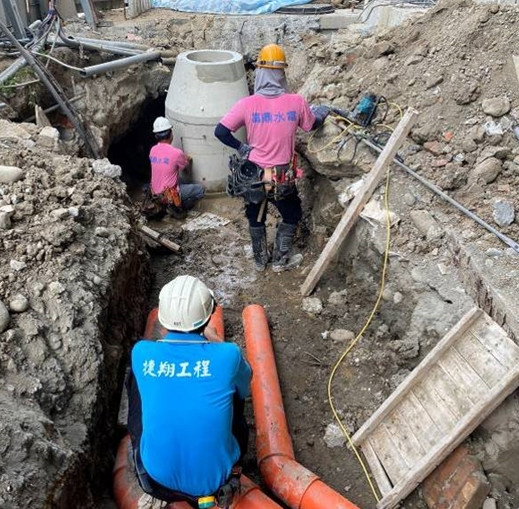 工區污水陰井開挖配管作業
