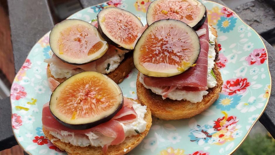 Fig and Cheese Crostini