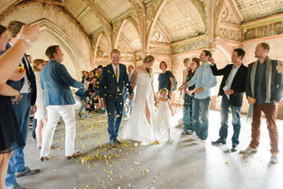 bruidspaar en confetti.JPG