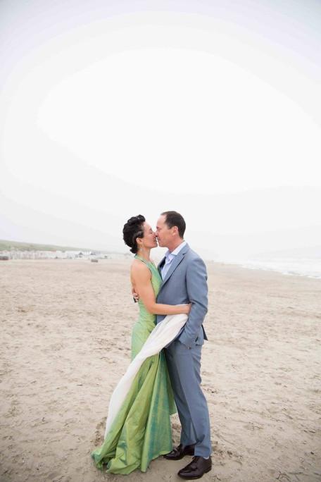 bruidspaar op het strand kus