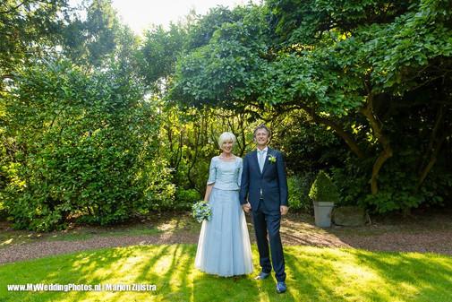 bruidspaar in tuin