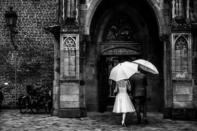 bruidspaar met paraplu.jpg