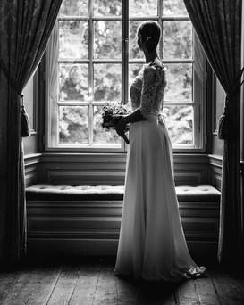 bruid voor het raam.jpg