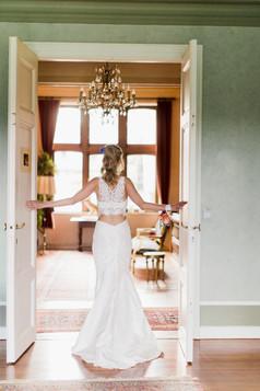 bruid in deuropening jpg