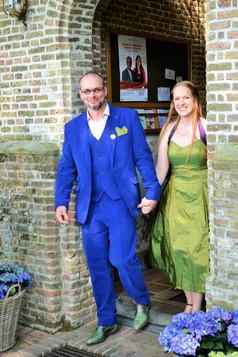 bruidspaar in de deuropening.jpg