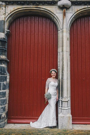 bruid bij kerkdeur.jpg
