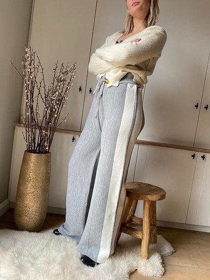 grijze broek met witte streep