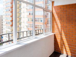 Засклення балкону вирішує одразу декілька проблем