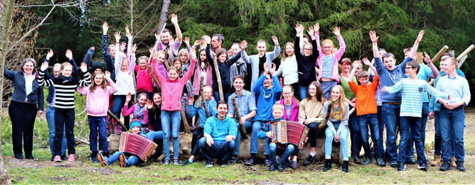 Volksmusikseminar Gruppenbild.jpg