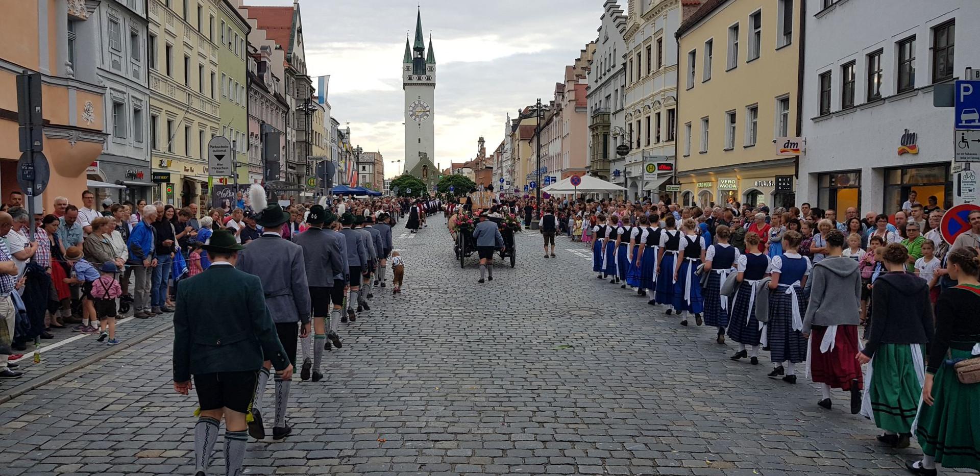 002. Festauszug durch Straubing.jpg