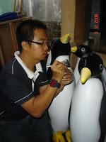 patung pinguin fiberglass