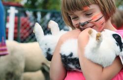 Mädchen hält Kaninchen