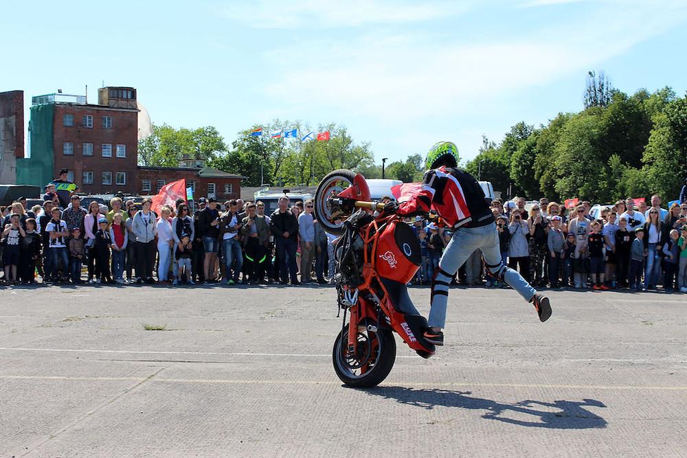 Езда на заднем колесе мотоцикла-стантрайдинг