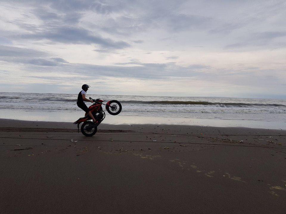 Проехаться на мотоцикле на заднем колесе, отжечь резину на светофоре