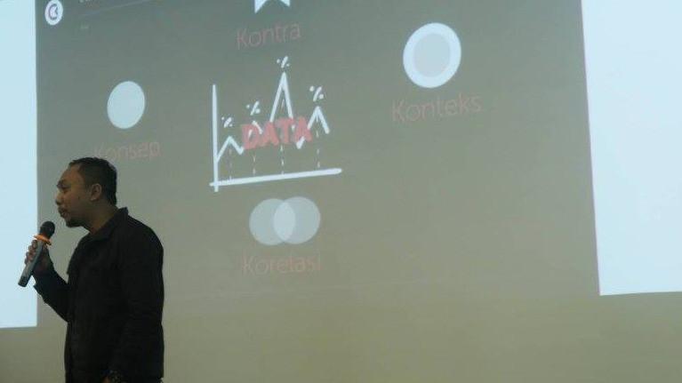 Rolip Saptamaji (founder Poligrabs) di Unikom bandung