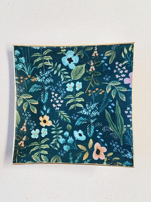Plato cuadrado flores fondo azul