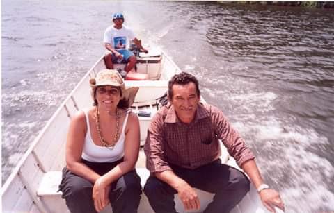 Foto: Claudia ao lado do seu Arraia, líder dos castanheiros da comunidade do Iratapuru,  PA, 2005 | Fonte: Acervo Pessoal