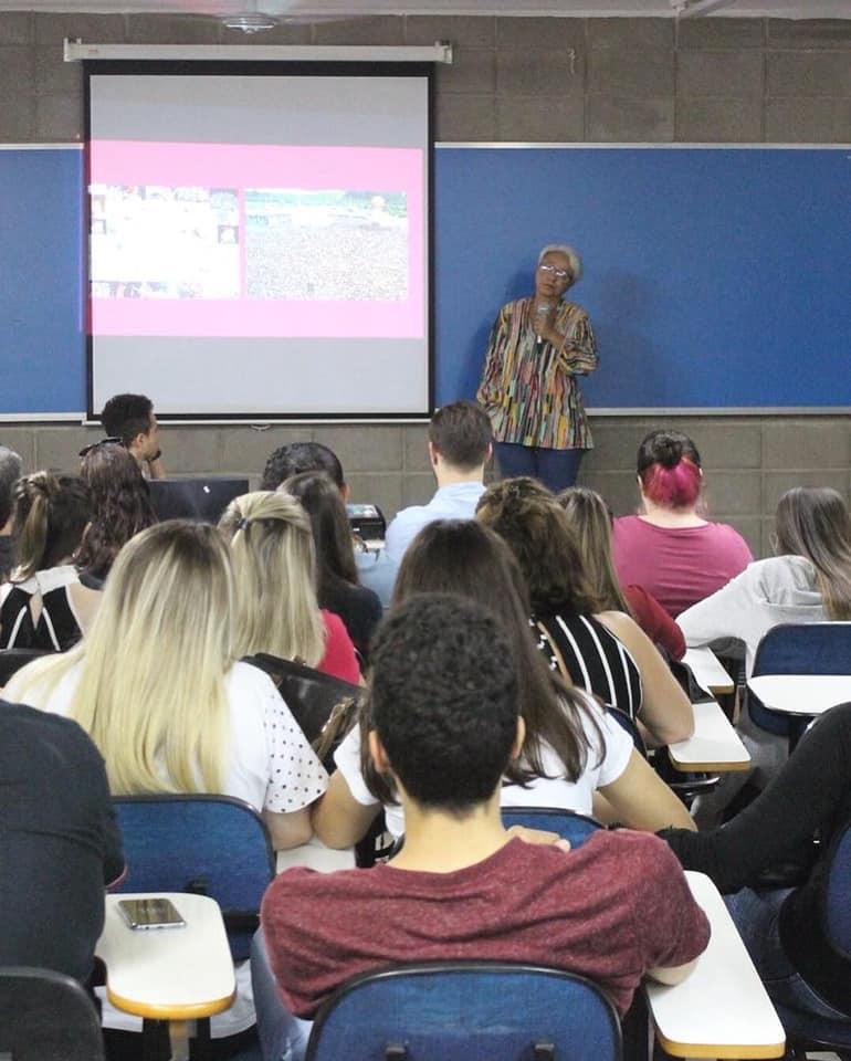 Patrícia Caju palestrando na FIB Bauru