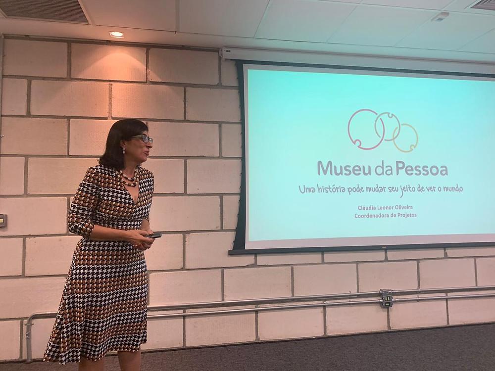 Foto: Claudia Leonor em palestra sobre Memória Organizacional na Aberje,  2019 | Fonte: Acervo Pessoal