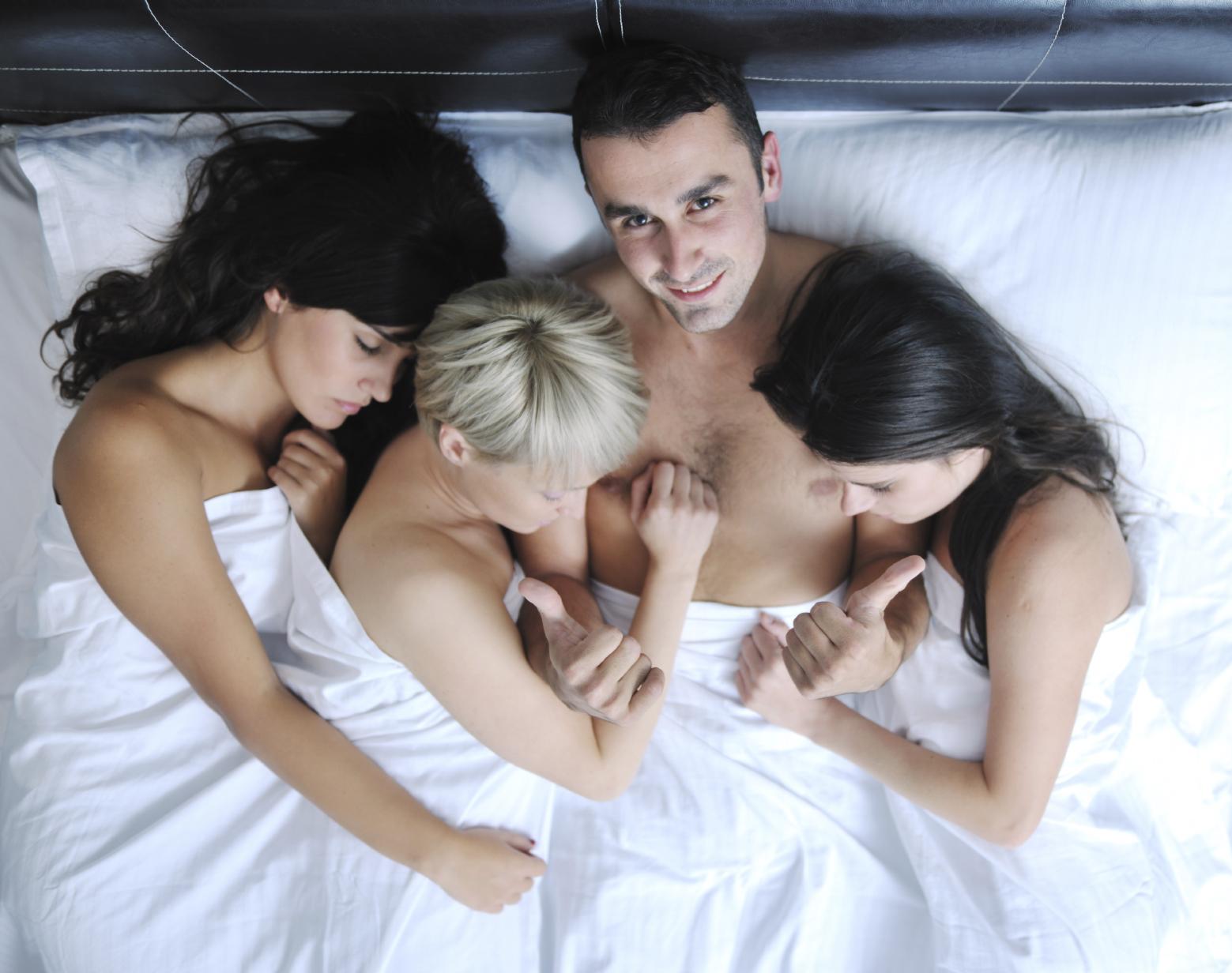Брюнетка пышными ролики парень и две девушки очко порно